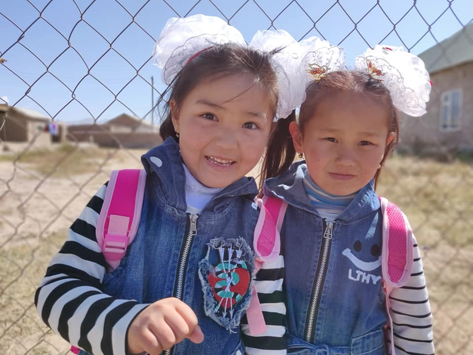 Bimbe vanno a scuola a Sary Mogul