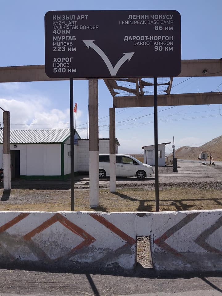 Cartelli stradali a Sary Tash al confine tra Kirghizistan e Tajikistan