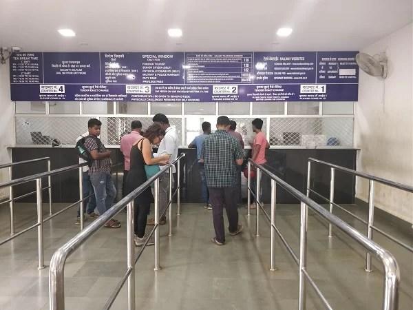 Per prenotare treni in India non sempre ci si deve recare in un ufficio specifico. A volte è possibile acquistarli direttamente nelle biglietterie in appositi sportelli