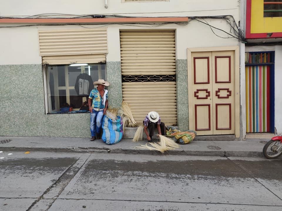 Per le vie di Aguadas, venditori di paglia per i famosi cappelli aguadeni