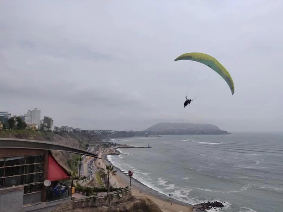 Parapendio con vista su Miraflores e la costa di Lima