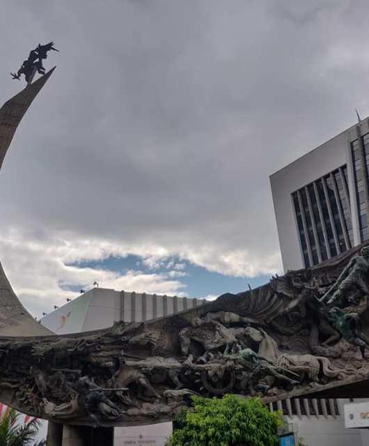 Il Monumento a la raza di Rodrigo Arenas Betancurt davanti all'alcaldia di Medellin