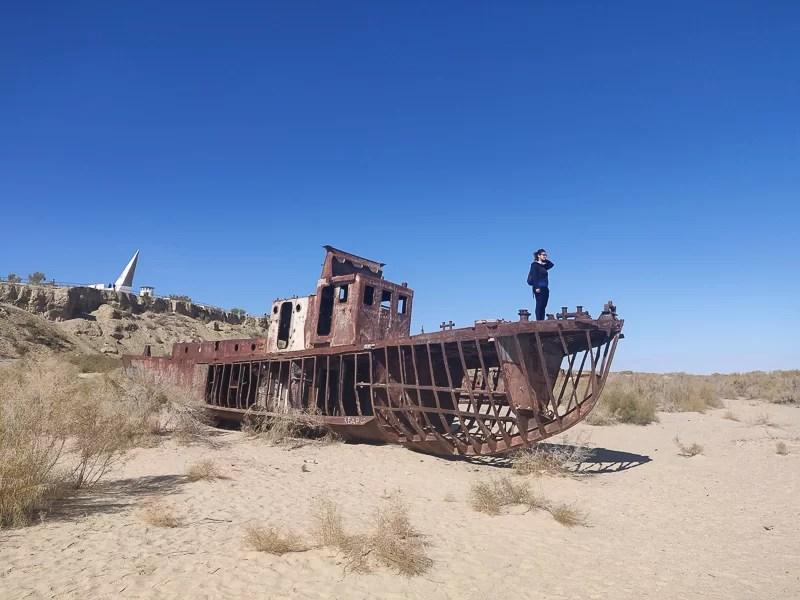 Cimitero dei relitti sul fondo di quello che era il porto di Monyaq sul lago d'Aral in Uzbekistan, durante il nostro tour fai da te