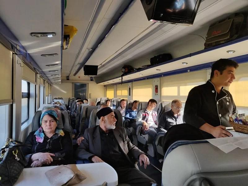 L'interno di un treno diurno tra Tashkent e Samarcanda durante il nostro Uzbekistan Tour