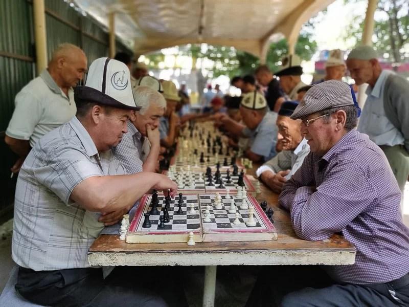 Anziani giocano a scacchi nel parco di Osh in Kirghizistan