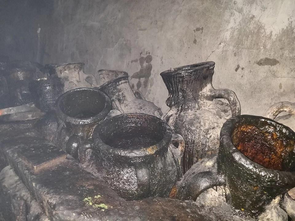 Lalish: anfore piene d'olio necessarie per i riti Yazidi. Sono migliaia di anni che l'olio viene ricambiato