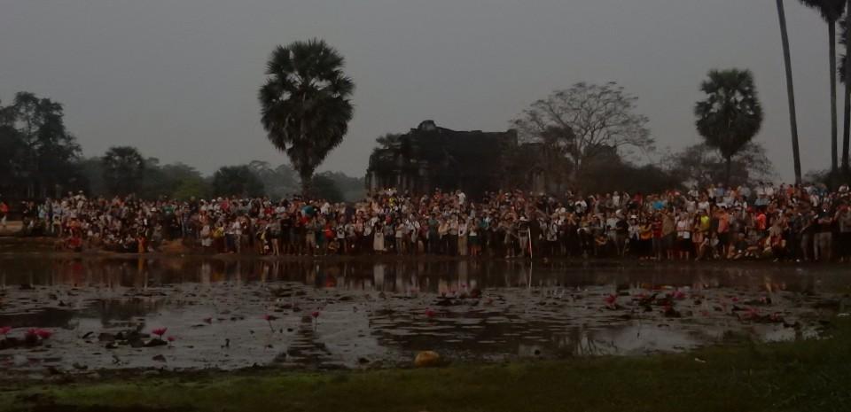 Duizenden mensen die naar de zonsopgang in Angkor Wat kijken