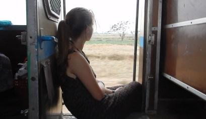 Ik in de deuropening van de trein in Myanmar
