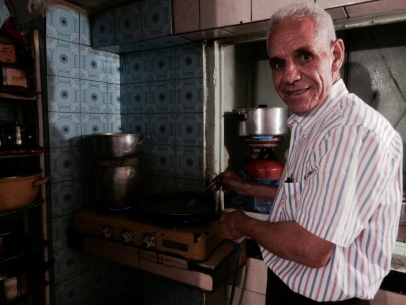 Omar in zijn keuken, waar hij de lekkerste gerechten bereidt!