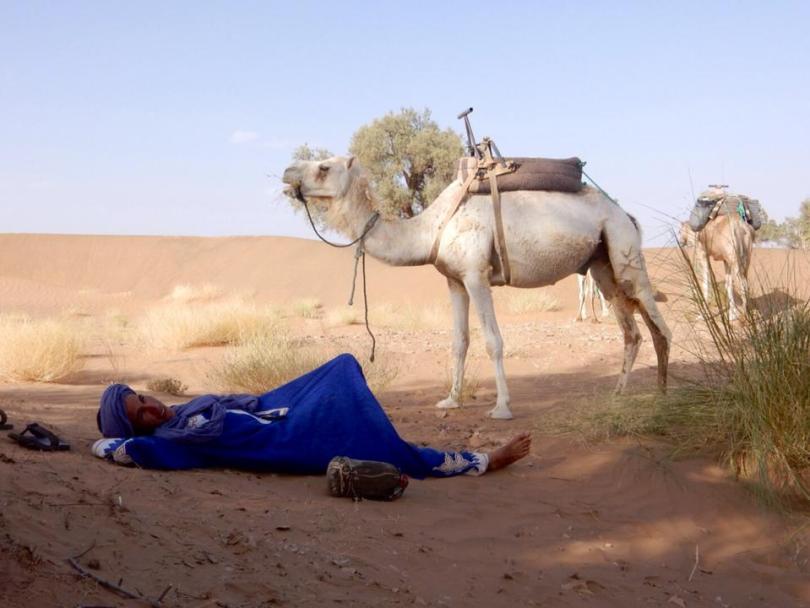 Onze gids met zijn kameel in de woestijn
