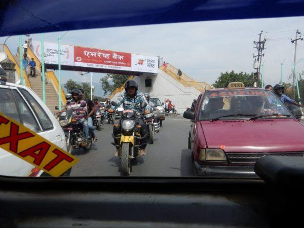 taxi's op een druk kruispunt in nepal