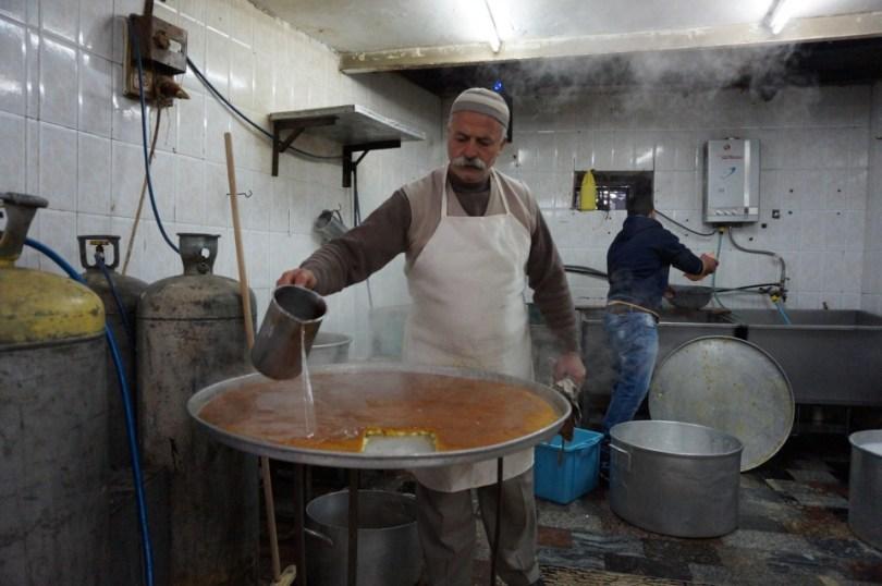 NABLUS - Een man wees ons op de plek waar we de lekkerste kanafeh van de stad konden krijgen. We kwamen uit op een klein straattentje, waar we in het daarnaast gelegen huisje konden kijken hoe kanaef gemaakt werd. Deze lekkernij bestaat uit water, bloem en