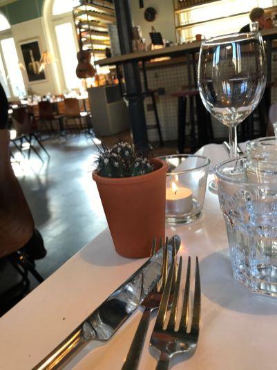 Een gedekte tafel bij het Instock restaurant in Amsterdam