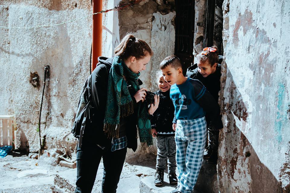 Ik laat mijn foto zien aan een groep kinderen in Palestina