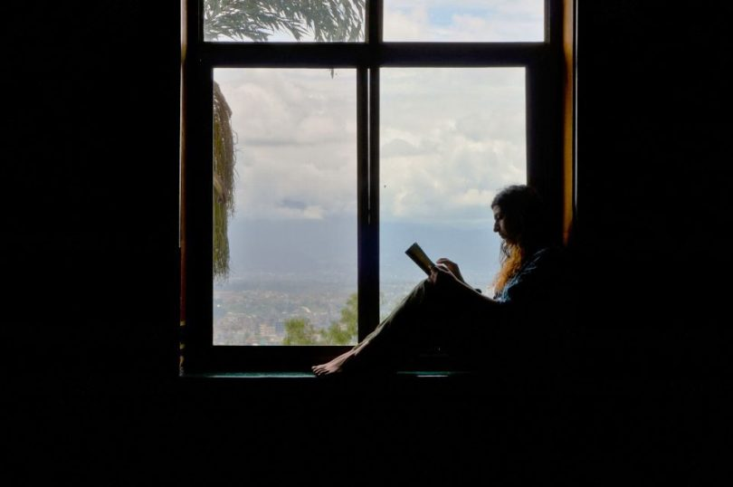 Lezen in de meditatiehal van het Kopan Klooster in Nepal