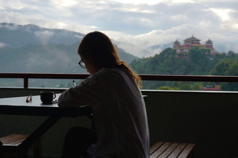 Schrijven op het balkon van het Kopan Klooster in Nepal
