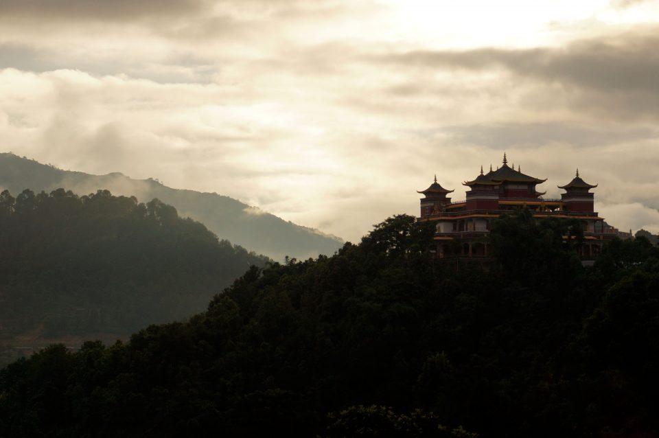 Uitzicht klooster en bergen Kopan Nepal