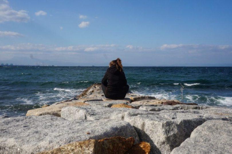 Ik, genietende van het uitzicht over de zee