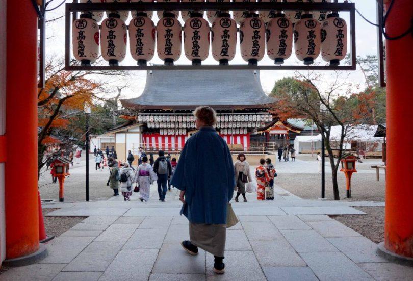 Valentijn in kimono bij een tempel in Kyoto, Japan