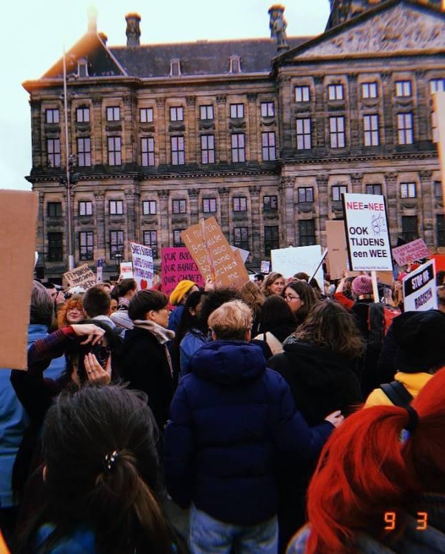 Mensen voor het Paleis op de Dam tijdens de Women's March 9 maart 2019