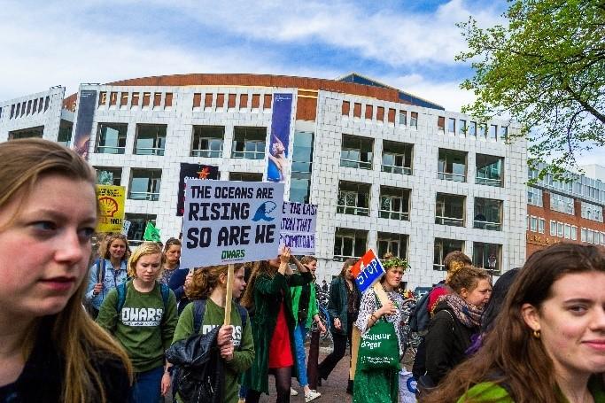 Klimaatactivisten in de straten met borden omhoog