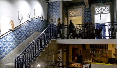 De gemeenschappelijke ruimte van Gallery Hostel met kunst aan de muren