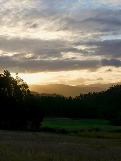 De zonsopgang toont de schaduwen van de bergen in de verte