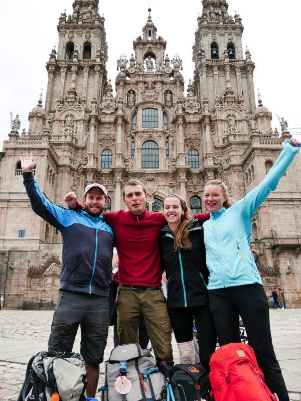 Ik met mijn camino family voor de kerk in Santiago de Compostella