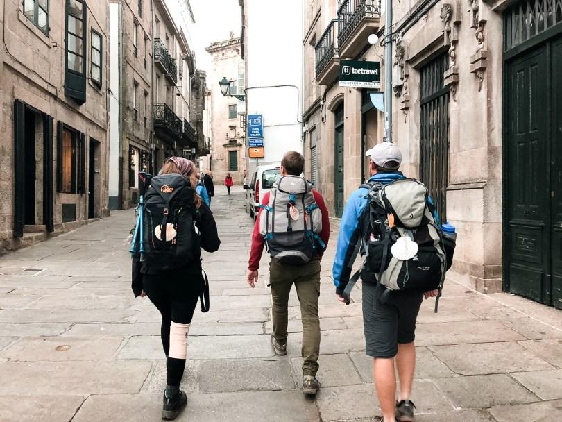 Yalou, Isaac en Daniel lopen door de straten van Santiago de Compostella