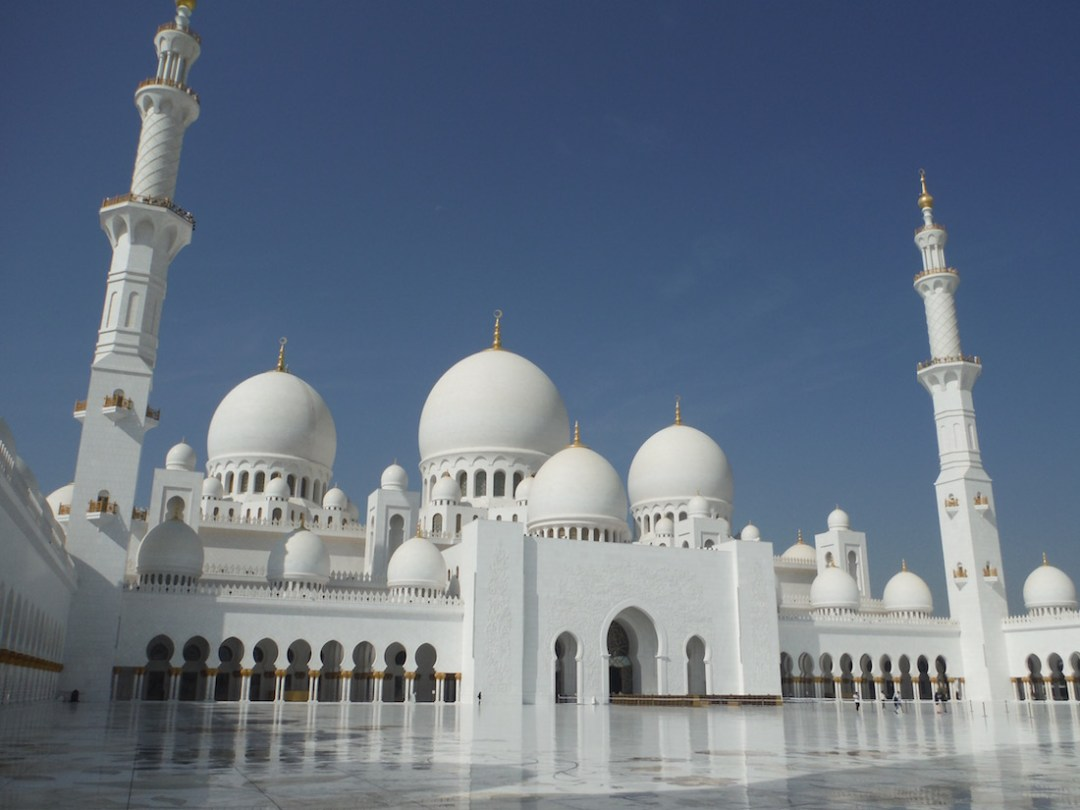 9 tips for visiting the sheikh zayed mosque in abu dhabi we are 9 tips for visiting the sheikh zayed mosque in abu dhabi solutioingenieria Images