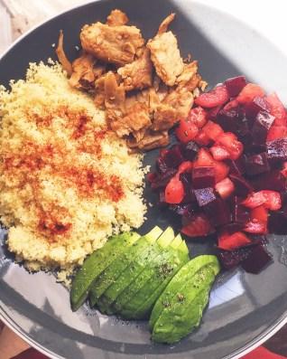 Assiette composée avocat, semoule, betterave, tomates, aiguillettes de soja