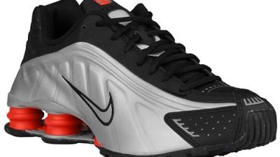 new product 6efb6 2f526 The Nike Shox R4 is Back in Black
