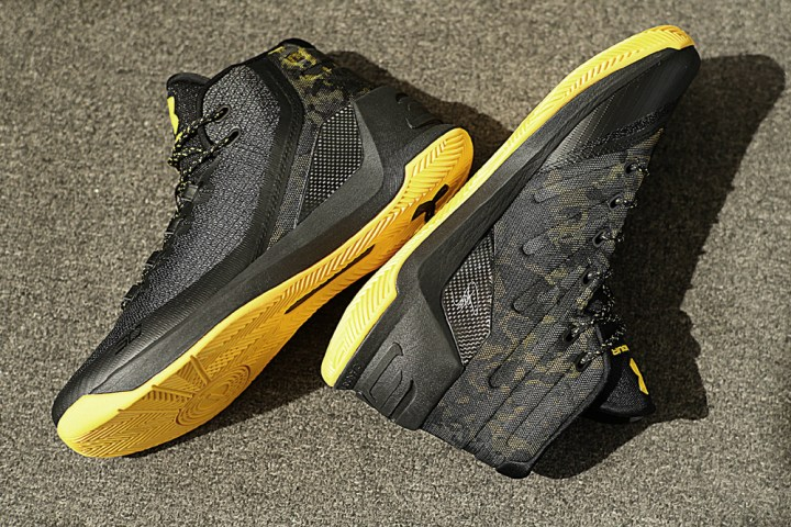 get-up-close-and-personal-with-the-under-armour-curry-3-black-taxi-8