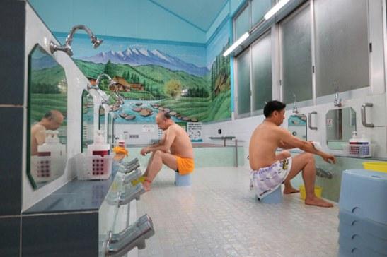 Hay muchos baños públicos llamados «Sento» por todo Japón. Estos baños traen paz a las mentes y los cuerpos de los japoneses. Muchos Sento tienen pinturas en sus paredes que representan el Fujisan (Monte Fuji), una montaña icónica de Japón. Estas pinturas hacen que los baños parezcan más espaciosos, lo que permite a la gente relajarse.