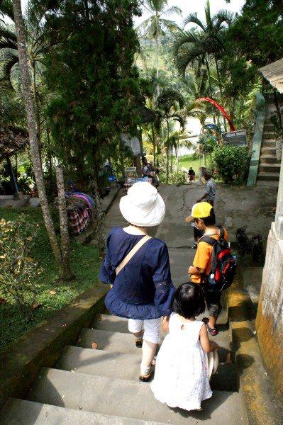 グヌン・カウィは谷底なので数百段もの長い階段を下ります。