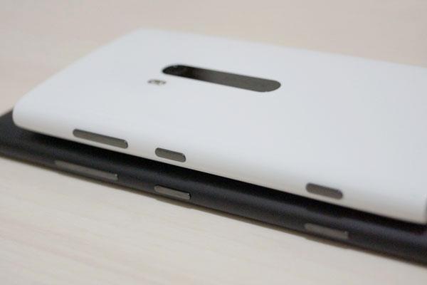 右側面の音量キー、電源ボタン、カメラボタンの配置は同じ