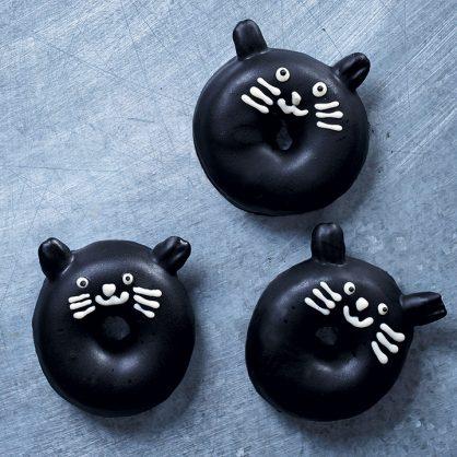 Beignets de chat noir glacés au chocolat noir. Photo: Dylan Swart