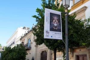 la calle larga de Jerez luce desde el martes unas banderolas diseñadas por alumnos y profesores de la escuela de arte