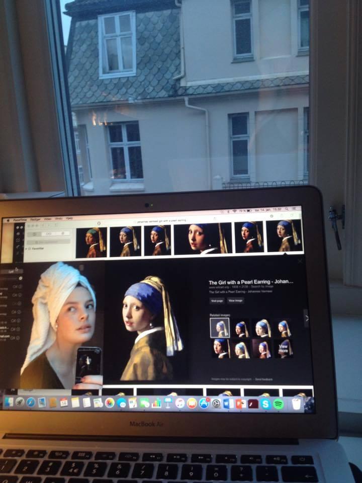 """Vinner av Studentersamfunnet og Kulturkomiteen sin interne selfie-konkurranse - Selvis Vår 2016 - Lovise Aspunvik """"Jeg kommer alltid ut av dusjen som Vermeers pike med perleøredobb"""" (2016). Portrett malt av Johannes Vermeer ca 1665."""