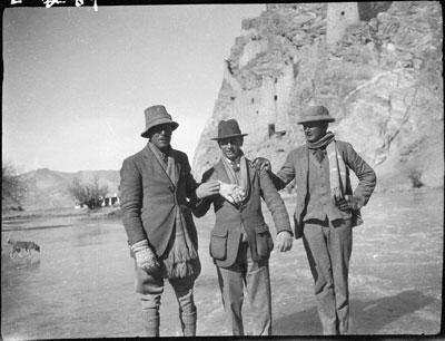 Trois patineurs sous le dzong (forteresse) de Gyantse, vers 1928 © The Tibet Album