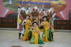 Sejumlah mahasiswa Jepang berpose dengan pakaian tari Bali, Minggu (10/3/2013).