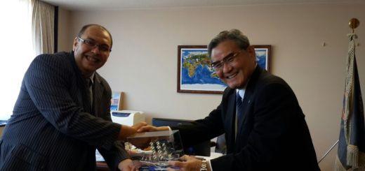 Rektor STIE Malangkucecwara Drs Bunyamin PhD memberikan cindera mata kepada Rektor Wako University Jepang