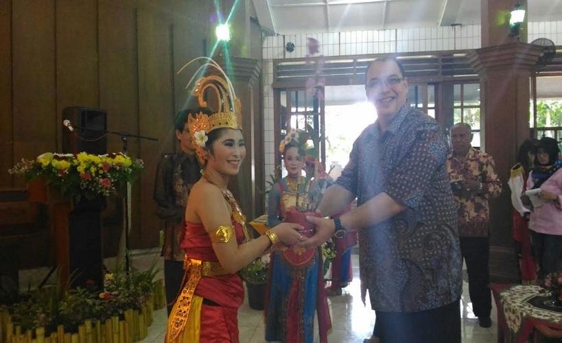 Ketua STIE Malangkucecwara menerima kenang-kenangan dari Mahasiswa Jepang