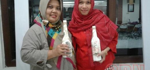 Ketua LPPM Siti Munfaqiroh (kiri) dan Sekretaris Posdaya Yuyuk Liana menunjukkan salah satu produk posdaya. Foto: Agus Nurchaliq