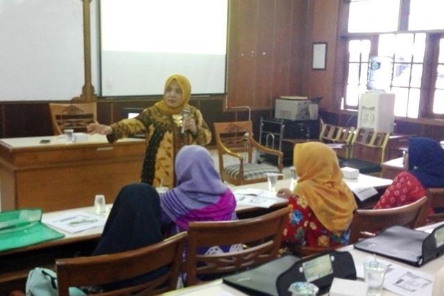 Siti Munfaqiroh  memberikan materi pelatihan (Foto: Widhi LPPM)