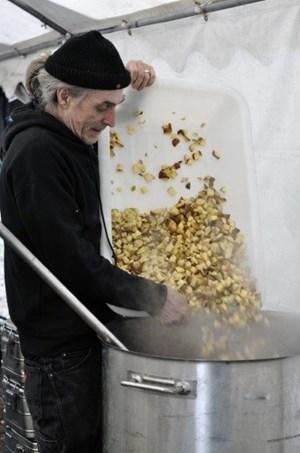 """Wam kocht ausschließlich mit regionalen Produkten, die er von Biobauern oder Bio-Supermärkten bekommt. So wurde er auch Protagonist des Dokumentarfilms """"Taste the Waste"""" von Valentin Thurn."""