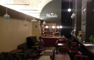 Kafeterija Planeta, kurios šeimininkai Justas ir Monika mus įsileido, ideali vieta ieškantiems nostalgijos Vilniuje.