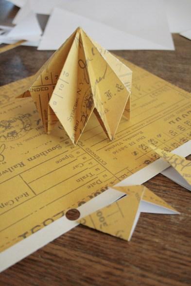 Origami-Herbstschmuck: Das wird mal ein DIY-Diamant aus Pappe. Foto: Julia Marre