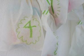 Adventskalender selber basteln: Tütchen statt Türchen, ein Adventskalender aus 24 Butterbrottüten und einem alten Zweig. Foto: Julia Marre