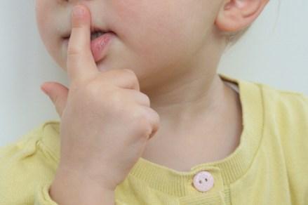 """""""Psssst, Mama! Sag's besser nicht!"""" Seit Nora sprechen und zuhören kann, enden Gespräche manchmal im Tobsuchtsanfall. Foto: Julia Marre"""